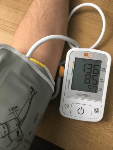 Aponorm Basic Control mit Manschette im Einsatz bei der Blutdruckmessung