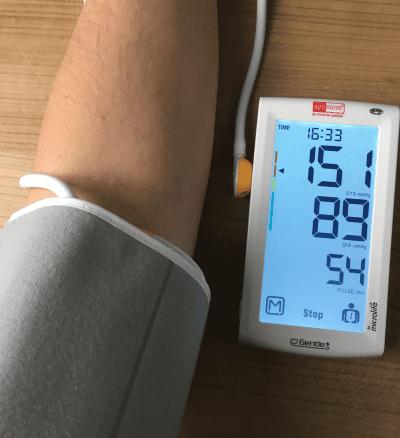 Aponorm Professionell Touch - Front Ansicht mit Manschette bei der Messung