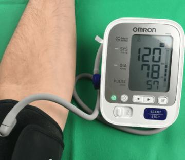 Omron M400 - mit Manschette bei der Blutdruckmessung